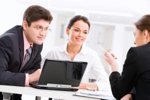 Möchten Sie einen Umschuldungskredit aufnehmen? Dann sollten Sie sich von der Bank beraten lassen.